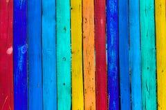 Grunge houten gekleurde achtergrond - schilder een regenboog op oude omheining Stock Foto's