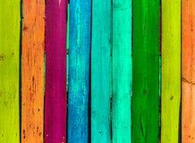 Grunge houten gekleurde achtergrond - schilder een regenboog op oude omheining Stock Fotografie