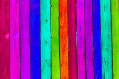 Grunge houten gekleurde achtergrond - schilder een regenboog op oude omheining Royalty-vrije Stock Foto