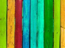 Grunge houten gekleurde achtergrond - schilder een regenboog op oude omheining Royalty-vrije Stock Afbeelding