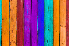 Grunge houten gekleurde achtergrond - schilder een regenboog op oude omheining Royalty-vrije Stock Foto's