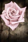 Grunge houten textuur met roze bloem stock afbeeldingen