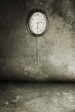 Grunge Innenraum mit Uhr lizenzfreies stockfoto