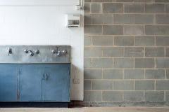 Grunge Innenraum mit Wand und waschender Abflussrinne Stockbild