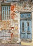 Grunge kamienna ściana z starym drzwi i okno Zdjęcia Royalty Free