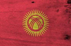Grunge Kyrgyz chorągwiana tekstura, czerwieni pole z żółtym słońcem z czterdzieści jednakowo interliniującymi promieniami ilustracji