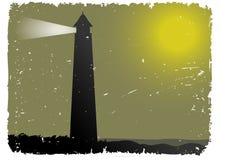 Grunge nebeliger Nachtleuchtturm durch Ozean Lizenzfreie Stockfotografie