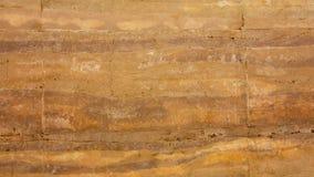 Grunge oranjerode muur of steen aarden muur in natuurlijke textuur stock afbeeldingen
