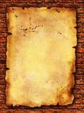 Grunge Papier auf Backsteinmauerbeschaffenheit stockfotografie