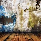 Grunge pintou a parede e o assoalho de madeira Fotos de Stock Royalty Free