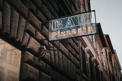 Grunge Prętowy pizzeria pisze list z neonowym Fotografia Stock