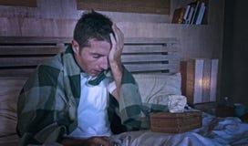 Grunge redaguje na zmęczonej i zmizerowanej mężczyzna chorobie marznie w łóżku zakrywającym z powszechnym cierpienie migreny grip zdjęcia royalty free