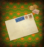 Grunge Retro- Hintergrund mit Postkarte Stockfotos