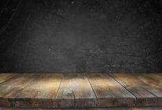Grunge rocznika drewnianej deski stół przed czarnym textured tłem Fotografia Stock