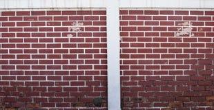 Grunge rojo de la decoración del estilo del fondo de la pared de ladrillo, pelando la pintura y mohoso Fotos de archivo