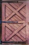Grunge Roodachtige Bruine Houten Deur voor Achtergrond Royalty-vrije Stock Fotografie