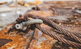 Grunge rouillé de câble de bride vieil en métal image libre de droits