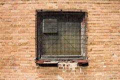 Grunge telegrafeerde omhoog venster en bakstenen muur Stock Foto