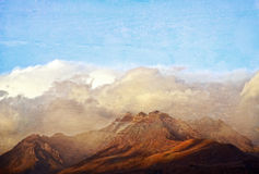 Grunge texturerad bergskedja i molnen arkivfoton