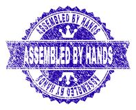 Grunge texturerade MONTERAT AV HÄNDER stämplar skyddsremsan med bandet royaltyfri illustrationer