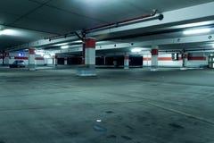 Grunge UntertageParkhaus mit Auto Lizenzfreie Stockfotos
