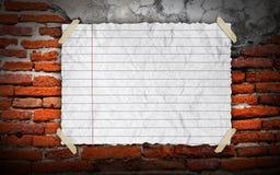 Grunge Weinlese altes Brown-Papier auf brickwall Stockfotografie