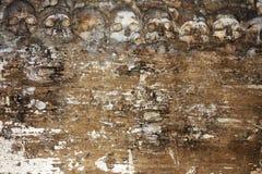Grungeallhelgonaaftonbakgrund med mänskliga skallar royaltyfria foton