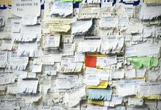 Grungeanslagstavla med många annonsering arkivbild