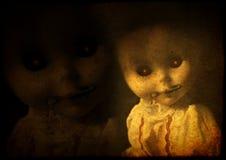 Grungebakgrund med den onda spöklika dockan för tappning med blixtlåsförsedd mout Arkivbilder