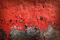 Grungebakgrund med knäckt rött målar Royaltyfria Foton