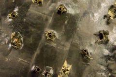 Grungebakgrund yttersida för många skalkulor av en gammal bruten trängd igenom skottsäker västräddningsaktionsäkerhet royaltyfri fotografi