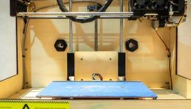Grungeblåttplatta i den klassiska trä3D skrivaren Ready som ut skrivar ut ditt idérikt Fotografering för Bildbyråer
