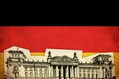 Grungeflagga av Tyskland med monumentet Arkivfoton