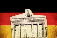 Grungeflagga av Tyskland med monumentet Royaltyfria Foton