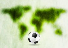 Grungegräsplanöversikt och fotboll Arkivbilder