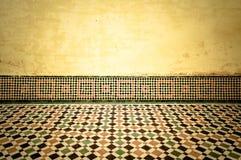 Grungeinre med belade med tegel golvet för tappning det moroccan Royaltyfri Bild