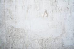 Grungeljus - grå textur av en gammal vägg med svartskilsmässor, vit yttersida med fläckar, abstrakt bakgrund Royaltyfri Fotografi