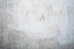 Grungeljus - grå textur av en gammal vägg med svartskilsmässor, vit yttersida med fläckar, abstrakt bakgrund Arkivbilder