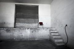 Grungeruimte met grote deur stock fotografie