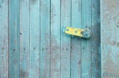 Grungeturkosträdörr med delvist kasserad målarfärg och Royaltyfri Bild