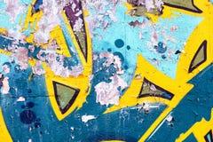 Grungevägg med skrapade grafitti för sprejmålning Arkivbild