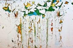 Grungeväggen med sprickor och skalning målar i gammalt hus Vit texturerad bakgrund arkivfoto