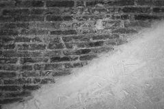 Grungey tegelstenvägg Arkivbild