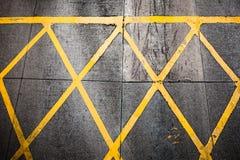 Grungy желтая картина краски дороги Стоковые Изображения