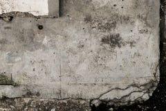 Grungy конкретная плита на черной земле стоковые изображения
