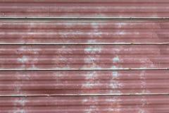 Grungy красным покрашенная металлом краска шелушения листа Стоковое фото RF