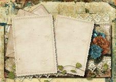 Grungy предпосылка с старой карточкой и красивыми цветками Стоковые Фото