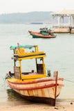 Grungy рыбацкая лодка на береге Стоковое фото RF