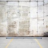 Grungy стена стоянкы автомобилей Стоковое Изображение RF