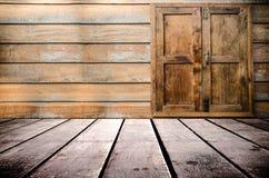 Grungy текстурированный красный кирпич и каменная стена с теплым коричневым деревянным полом внутри старого упущенных и дезертиро Стоковое Изображение RF